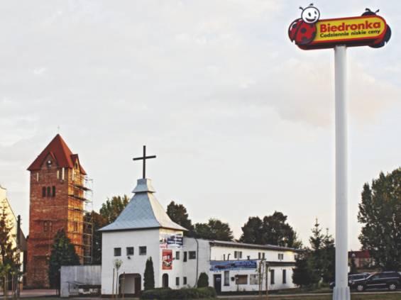 Kościół z Biedronką w tle