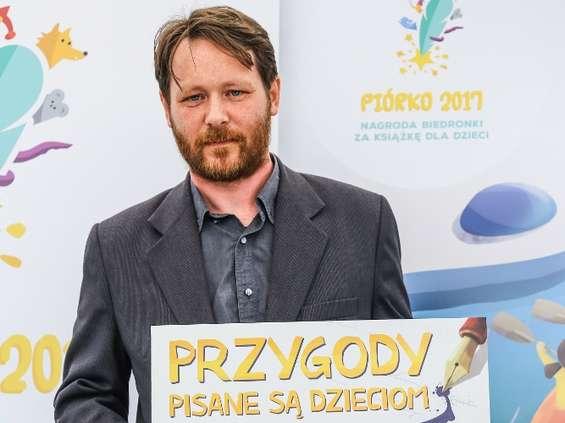 """Najlepszy tekst literacki w 3. edycji konkursu sieci Biedronka """"Piórko 2017"""" wybrany"""