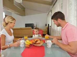 Śniadanie w kuchni w dni robocze, w weekendy - w salonie
