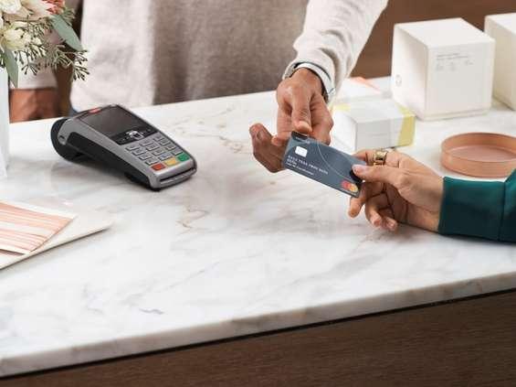 Większość Polaków woli płacić kartą i smartfonem