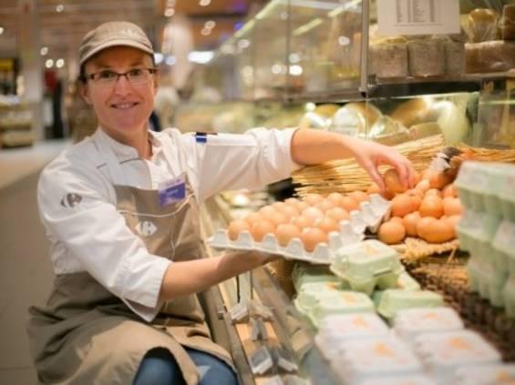 Carrefour wycofuje ze sprzedaży jaja z chowu klatkowego