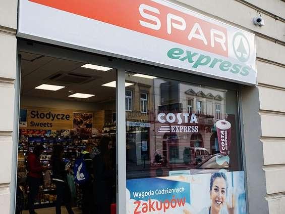Polacy wpadają do sklepów na kawę