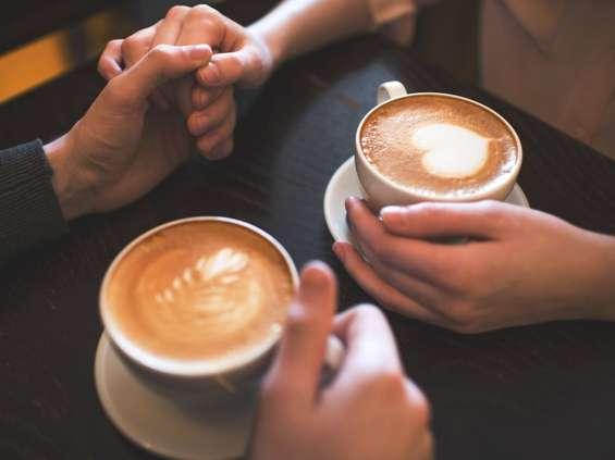 Młodzi w kawiarniach