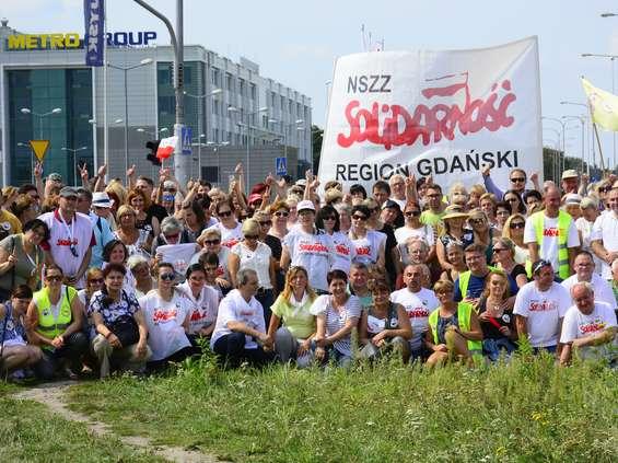 Pracownicy Makro wyszli na ulicę