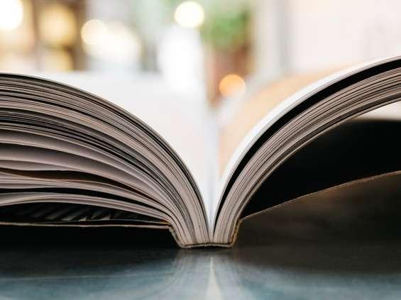 Wspólne czytanie przed Galerią Krakowską