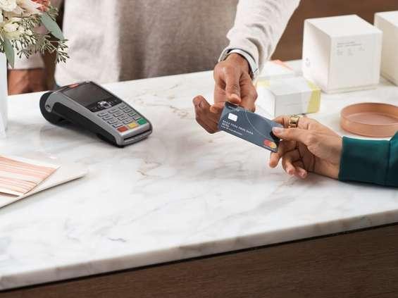 Santander Bank zwalnia z opłat za terminale
