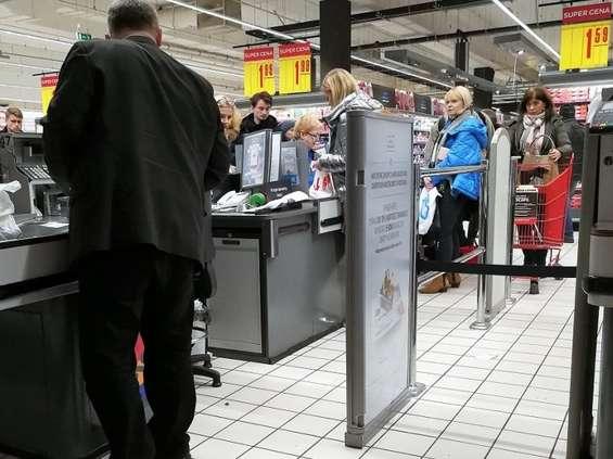Kasjerzy podzieleni w kwestii wydłużenia zakazu handlu