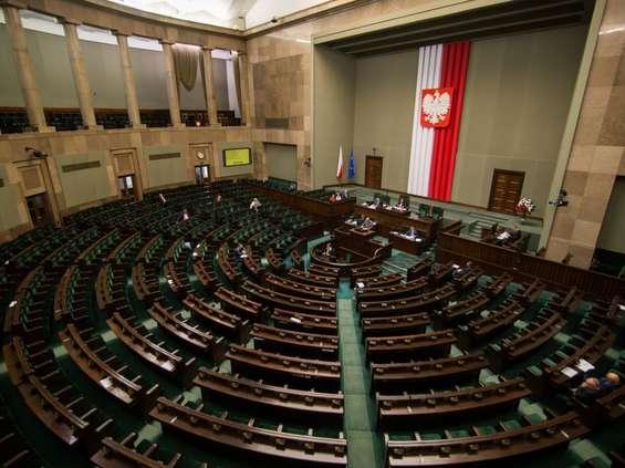 Niedziele w Sejmie: starcie dwóch projektów