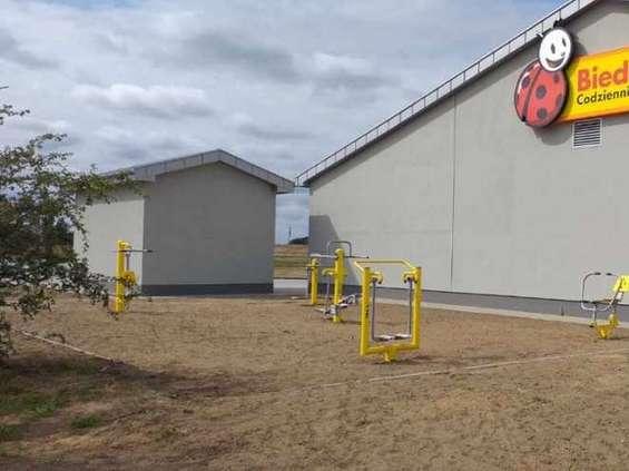 Nowa Biedronka w Rewalu ... z siłownią plenerową