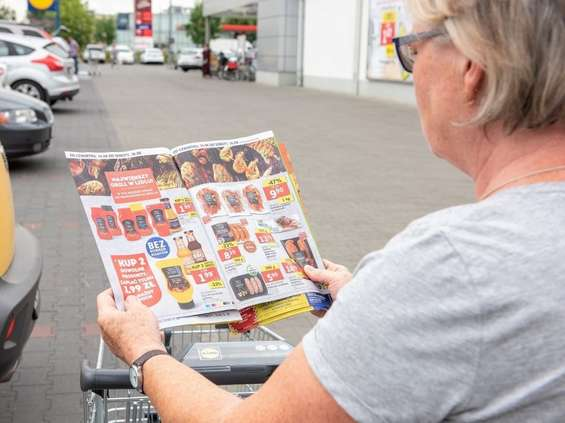 Polacy najczęściej czytają gazetki dyskontów i hipermarketów
