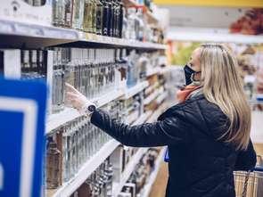 W pandemii Polacy kupują więcej alkoholu