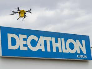 Pierwszy taki test: dron dostarczył paczkę z Decathlonu do klienta